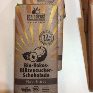 Haselnuss-Schokolade, die ausschließlich mit Kokoszucker gesüßt ist