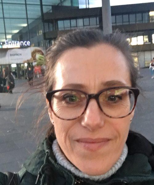 Die Autorin vor der Nürnberger Messer bei der BioFach 2018
