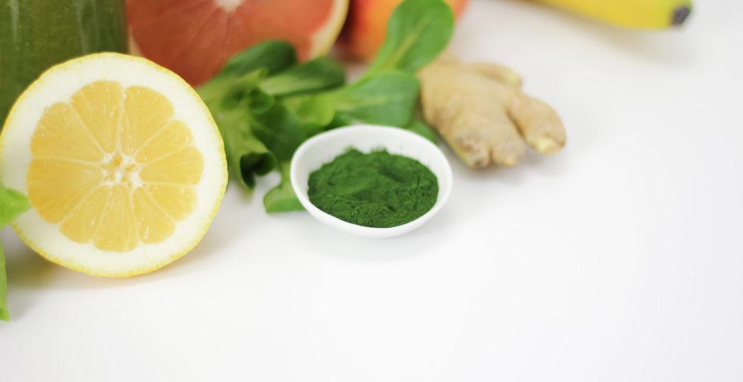 Typische Zutaten für einen Detox-Smoothie: Grapefruit, Zitrone, Feldsalat, Ingwer, Chlorelle-Pulver