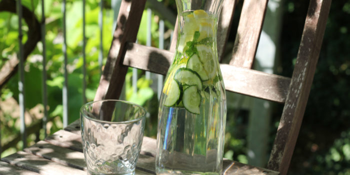 Karaffe Infused Water mit Gurke, Zitrone, Pfefferminze